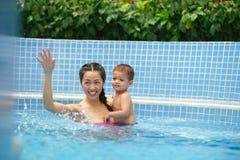 Rodzina w pływackim basenie obraz stock