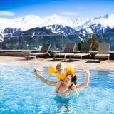 Rodzina w plenerowym pływackim basenie wysokogórski zdroju kurort Fotografia Royalty Free