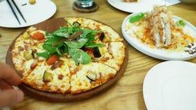 Rodzina w restauracji Ręka wp8lywy pizzy plasterki od pospolitego naczynia fotografia royalty free