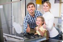 Rodzina w sklepie z elektronika fotografia royalty free