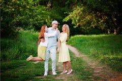Rodzina w zielonym lesie Zdjęcia Royalty Free
