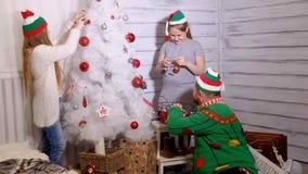 Rodzina wokoło choinki dekorować je zbiory