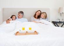 Rodzina wokoło mieć śniadanie w łóżku zdjęcia stock