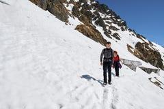 Rodzina wycieczkowicze w górach Obrazy Royalty Free
