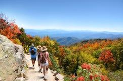 Rodzina wycieczkuje na wakacje w jesieni górach Zdjęcia Royalty Free