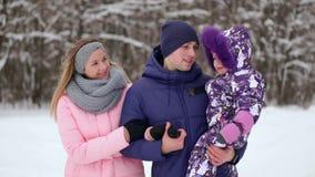Rodzina wydaje czas w zimie wpólnie zbiory