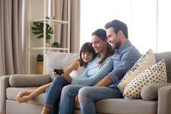 Rodzina wydaje czasu wolnego dopatrywania kreskówki na telefonie komórkowym zdjęcia royalty free
