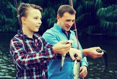 Rodzina z catched ryba zdjęcia royalty free