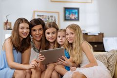 Rodzina z cyfrową pastylką fotografia stock