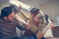 Rodzina z dwa córkami szczęśliwa rodzina obrazy royalty free