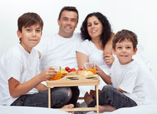 Rodzina z dwa chłopiec ma śniadanie w łóżku Zdjęcie Stock