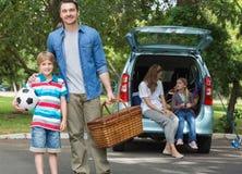 Rodzina z dwa dzieciakami przy pinkinem Fotografia Royalty Free