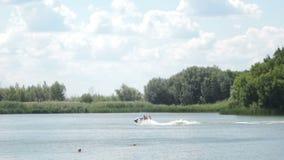 Rodzina z dziećmi jedzie dżetową nartę na rzece na letnim dniu Rosja Saratov, Lipiec, - 2019 zbiory wideo