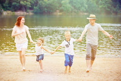 Rodzina z dziećmi ma wakacje przy jeziorem Obraz Stock