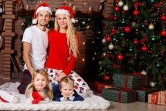 Rodzina z dziećmi na bożych narodzeniach Obrazy Royalty Free