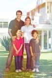 Rodzina z dziećmi przed domem w ogródzie fotografia royalty free