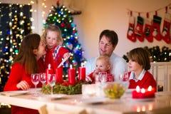 Rodzina z dziećmi przy Bożenarodzeniowym gościem restauracji w domu Fotografia Royalty Free