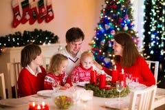 Rodzina z dziećmi przy Bożenarodzeniowym gościem restauracji w domu Obraz Royalty Free