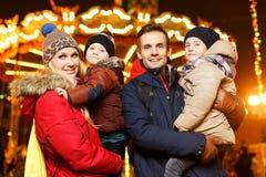 Rodzina z dziećmi na ulicie Zdjęcia Royalty Free