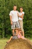 Rodzina z dziećmi na wakacje outdoors Fotografia Royalty Free