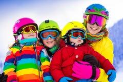 Rodzina z dziećmi na zimy narty wakacje Obraz Royalty Free
