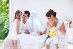 Rodzina z dzieciakami bawić się z nowonarodzonym dzieckiem obraz stock