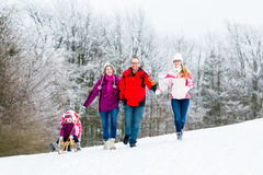 Rodzina z dzieciakami ma zima spacer w śniegu Fotografia Royalty Free
