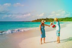 Rodzina z dzieciakiem bawić się na tropikalnej plaży Obraz Royalty Free