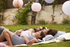 Rodzina Z dzieckiem Relaksuje Na dywaniku W ogródzie Wpólnie Obraz Stock