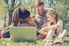 rodzina z laptopa zdjęcie stock