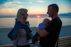 Rodzina z młodym dzieckiem na brzeg morze bałtyckie obraz royalty free