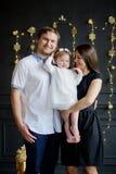 Rodzina z małą córką fotografuje w dniu wakacje zdjęcie stock