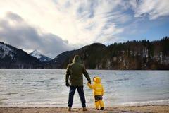 Rodzina z małym synem cieszy się widok jeziorny Alpsee obrazy royalty free