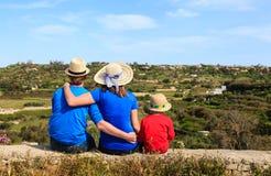 Rodzina z małym dzieciakiem patrzeje scenicznych krajów widoki Obrazy Stock