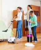 Rodzina z nastoletniego chłopaka cleaning w żywym pokoju obraz royalty free