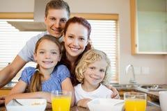Rodzina z śniadaniem za kuchennym kontuarem Obrazy Royalty Free