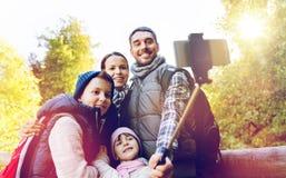 Rodzina z plecakami bierze selfie i wycieczkować Zdjęcie Royalty Free