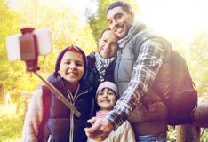 Rodzina z plecakami bierze selfie i wycieczkować Obrazy Royalty Free