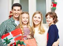 Rodzina z prezentami przy wigilią Zdjęcia Royalty Free