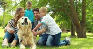 Rodzina z psem w parku zbiory