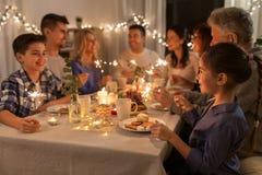 Rodzina z sparklers ma obiadowego przyjęcia w domu zdjęcia stock