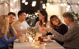 Rodzina z sparklers ma obiadowego przyjęcia w domu fotografia royalty free