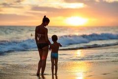 Rodzina zabawę przy seashore w lecie Zdjęcia Royalty Free