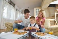 Rodzinna łasowanie pizza obrazy stock
