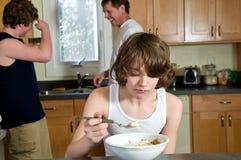 Rodzinna śniadaniowa zabawa - nastoletni bracia ma zboża: szczerzy strzały zdjęcie royalty free