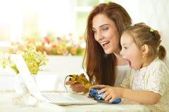 Rodzinna bawić się gra komputerowa Fotografia Stock
