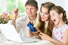 Rodzinna bawić się gra komputerowa Obrazy Stock