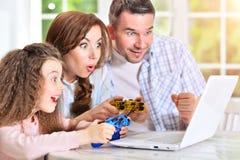 Rodzinna bawić się gra komputerowa Zdjęcie Stock