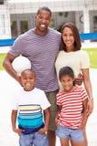 Rodzinna Bawić się gra siatkówka W ogródzie Zdjęcia Royalty Free