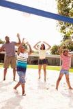 Rodzinna Bawić się gra siatkówka W ogródzie Zdjęcia Stock